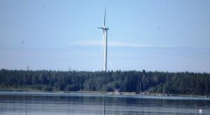 Tuulivoimala Vaasan kaupungista päin kuvattuna