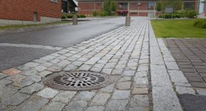 Hulevesien poisjohtamista varten rakennettu kouru Tiilitehtaankadulla Vaasassa.