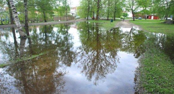 Rankkasateet täyttivät Vaasan Klemetinpuiston tulvavedellä toukokuussa 2016.