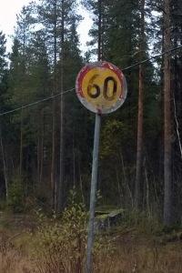 Kuva rapistuneesta 60 km/h nopeusrajoitusmerkistä