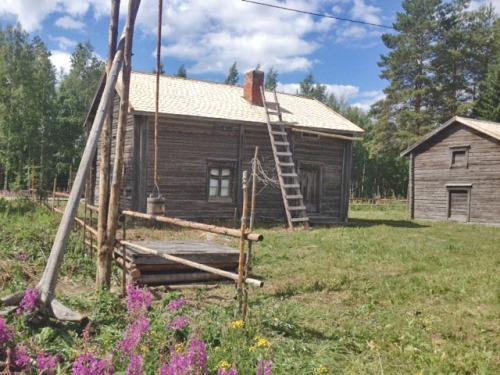 Kuvassa vanha pihapiiri rakennuksineen eli Salon pihapiiri Kourassa
