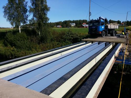 Kuvassa Göstasin sillan (Teerijärvi) kannen uusinta. Olemassa olevat palkit on huoltokäsitelty ja maalattu sekä siniset palkit (2 kpl keskellä) lisätty painorajoituksen poistamiseksi. Kansilankutuksen alle tulevien pelkkojen asennus on käynnissä.