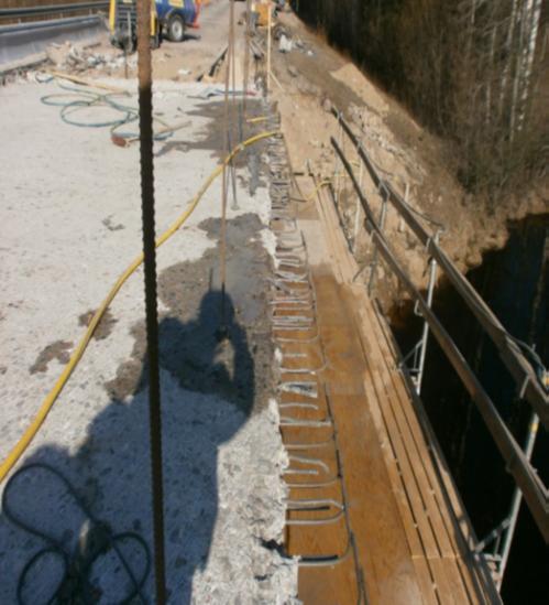 Kuvassa näkyy Moksunjoen sillan (Ähtärissä) korjausta. Reunapalkki on poistettu ja lisätartunnat ovat vielä asentamatta. Kansi on avattu ja vesipiikattu.