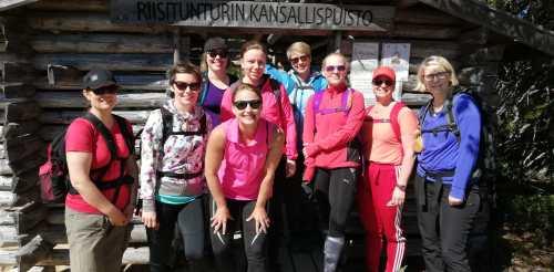 Ryhmäkuva naisporukasta Riisitunturin kansallispuistossa.