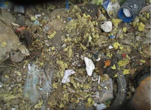 Kuvassa sekaisin eristevillaa ja muuta jätettä.