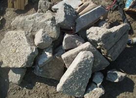 Kuvassa betonilohkareita muun jätteen päällä kasalla.