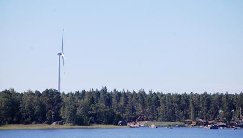 Tuulivoimala asutuksen lähellä rannikolla.