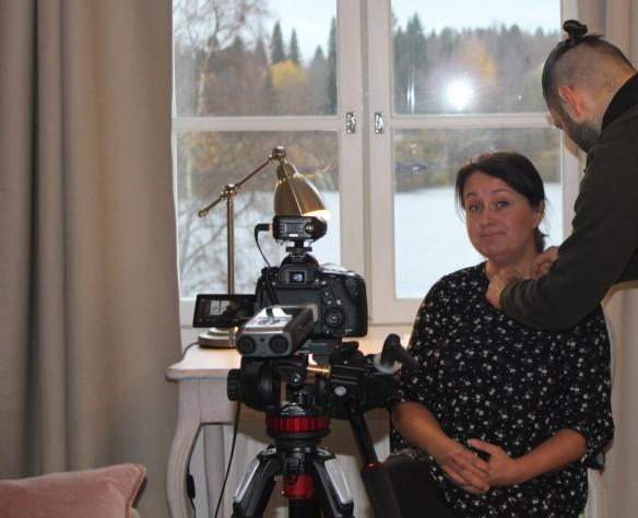 Vanhan pappila Hetki Oy:n yrittäjää valmistellaan videokuvaukseen.