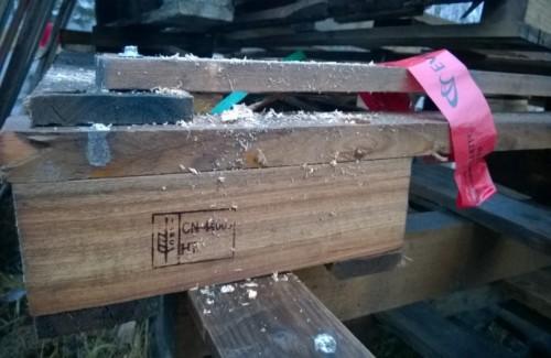 Puupakkauksia, joissa näkee maakoodin. Puupakkaukset voivat tuoda mukana tuholaisia.