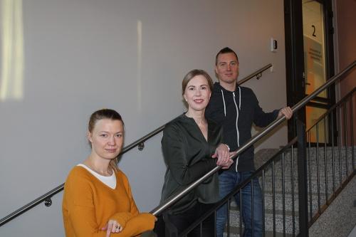 Kuvassa seisoo kolme hankkeen työntekijää portaikosa kuvattuna.