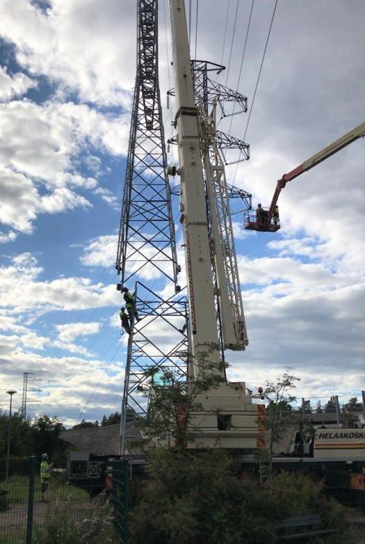 Ihmisiä työskentelemässä korkealla sähkömastolla eri tehtävissä.