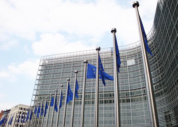 EU-lippuja Euroopan komission edustalla.